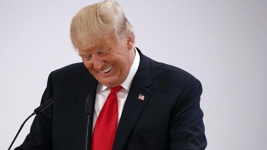 Trump ríe durante un discurso en un evento en julio de 2017.
