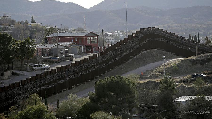 Un elevado muro separa a Nogales, en México, de Arizona, en Estados Unidos.