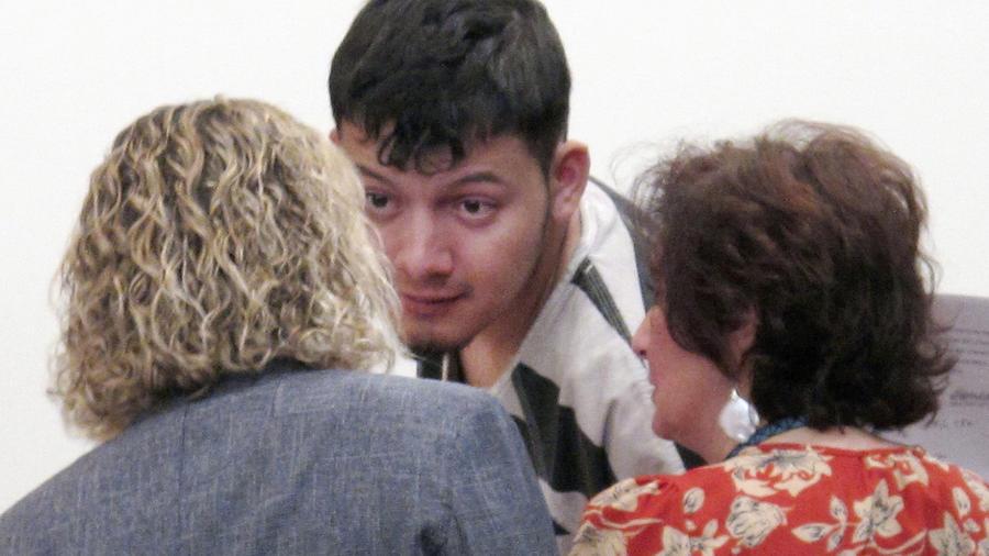 Wilber Ernesto Martínez Guzmán habla con su abogada y su intérprete el 24 de enero en la corte de Carson City (Nevada).