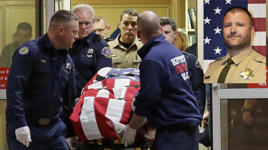 El cuerpo del agente muerto es trasladado de un centro sanitario de Ellensburg el pasado miércoles. A la derecha, Ryan Thompson.