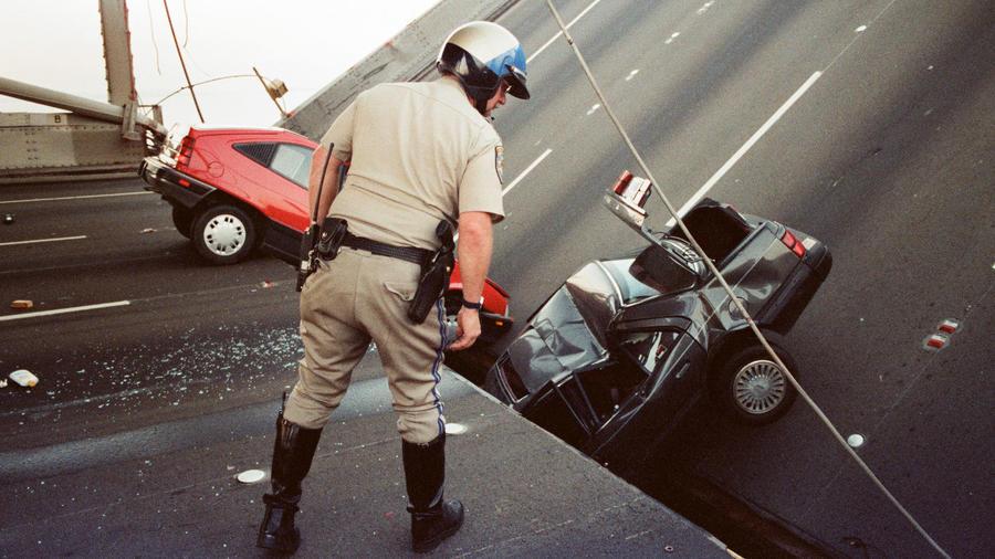 Un agente observa los daños causados por un terremoto en San Francisco en 1989.