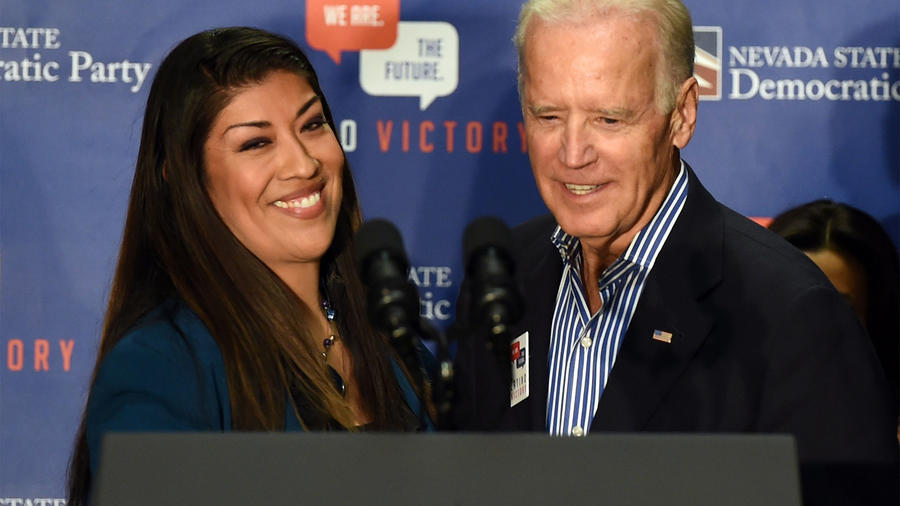 Lucy Flores junto a Joe Biden
