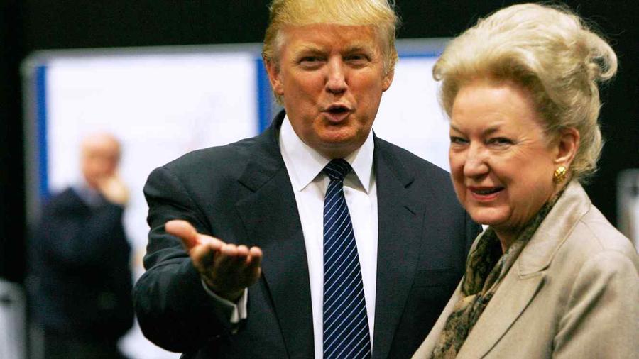 Donald Trump conversa con su hermana mayor, Maryanne Trump Barry, en junio de 2008