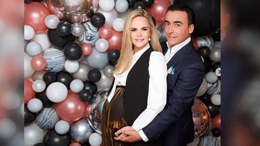 Adal Ramones con su esposa embarazada posando