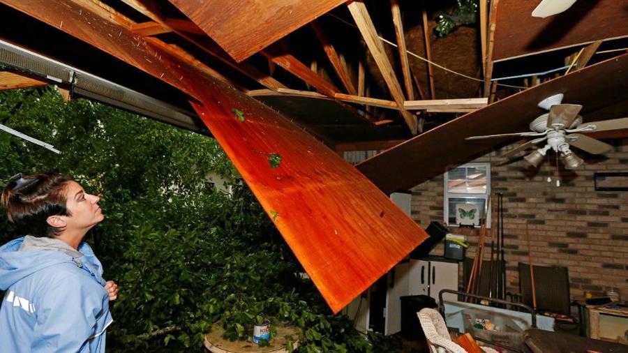 Un roble destroza el techo de la casa de una vecina de Learned, Mississippi, este jueves 18 de abril de 2019.