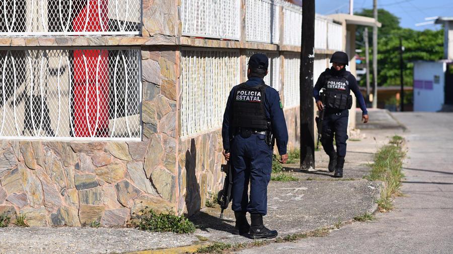 Policías en la escena de la masacre en un club nocturno en Veracruz