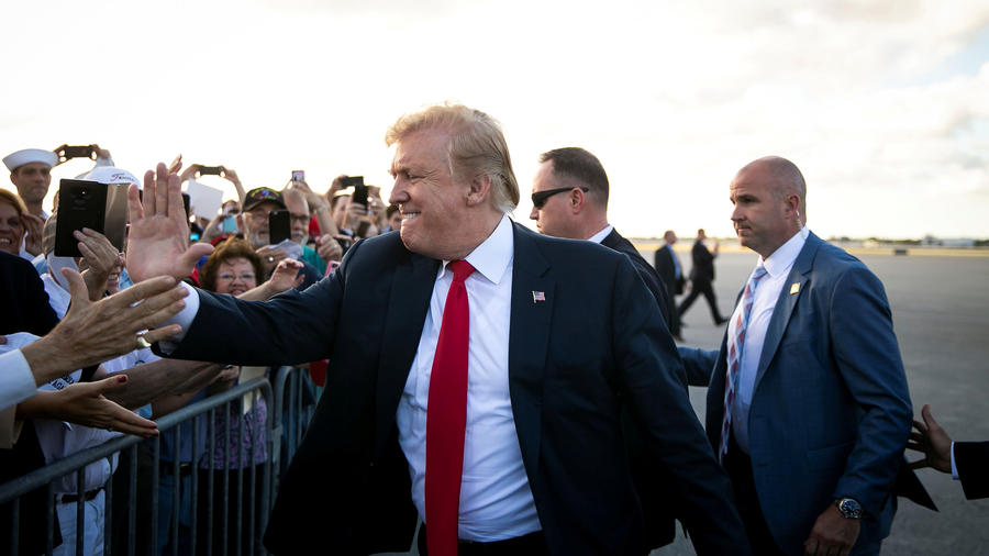 El presidente de EEUU, Donald Trump, saluda a su llegada a Florida donde pasará la Pascua