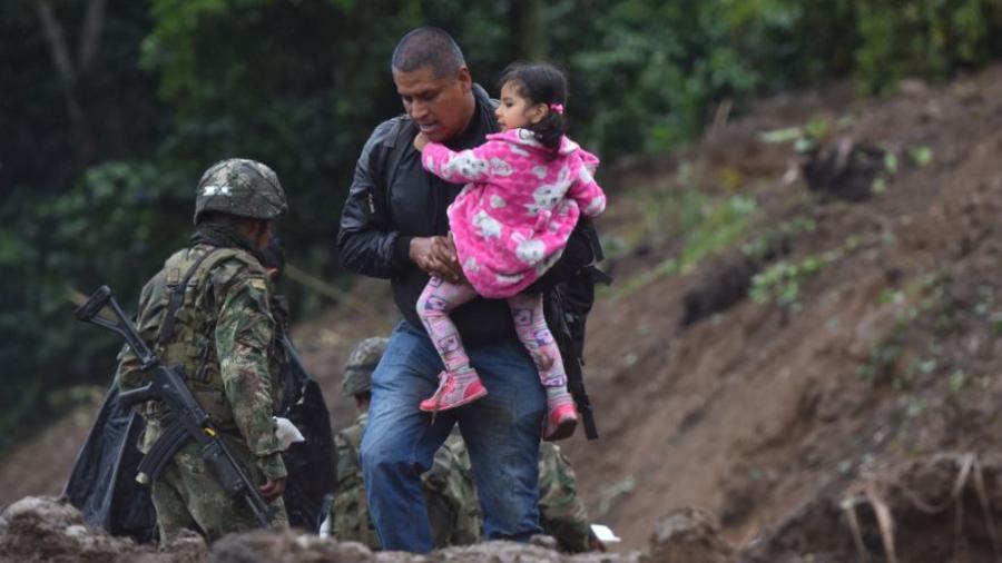 Civiles trabajan en las labores de búsqueda este domingo, tras un deslizamiento de tierra en la vereda Portachuelo, en el municipio de Rosas, Cauca (Colombia).