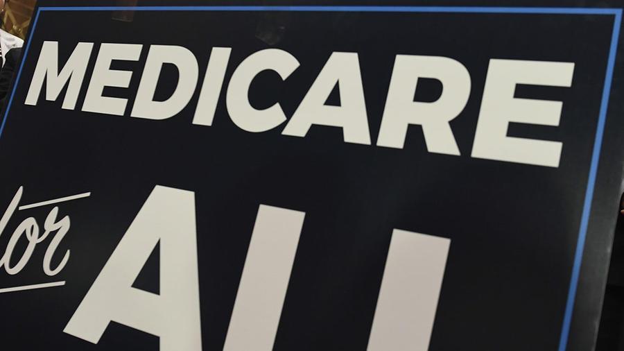 Un cartel de Medicare se muestra durante la presentación de un nuevo programa en el Capitolio, en Washington.