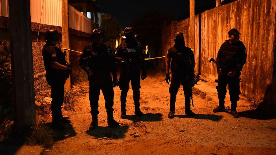 Vista del cordón policial que asegura el sitio donde un grupo armado ingresó a una fiesta y dejó a 13personas sin vida.