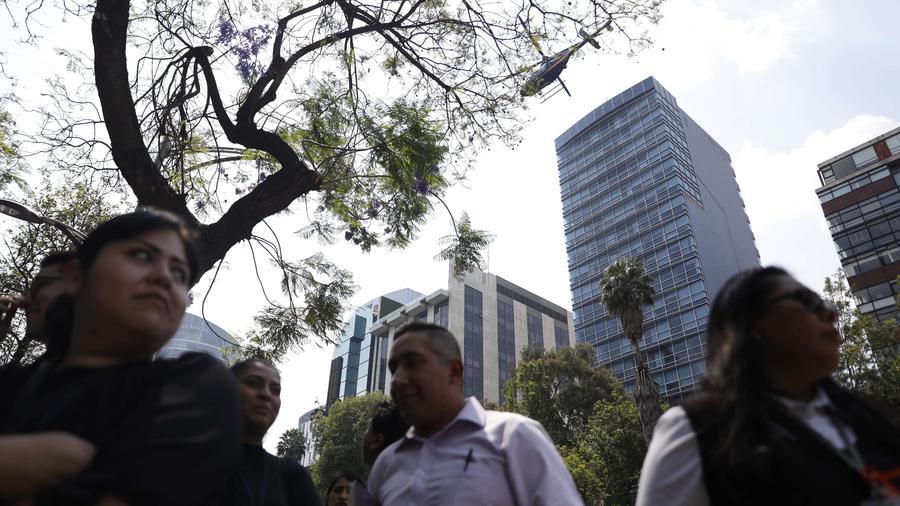 Trabajadores son evacuados de un edificio del Gobierno federal en la Ciudad de México tras un sismo de 5.7 grados en la escala de Richter