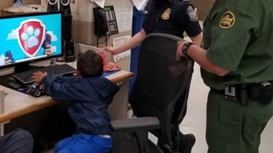 Fotografía del niño de tres años que los agentes de la Patrulla Fronteriza encontraron abandonado en un campo de maíz en la frontera de Texas y México