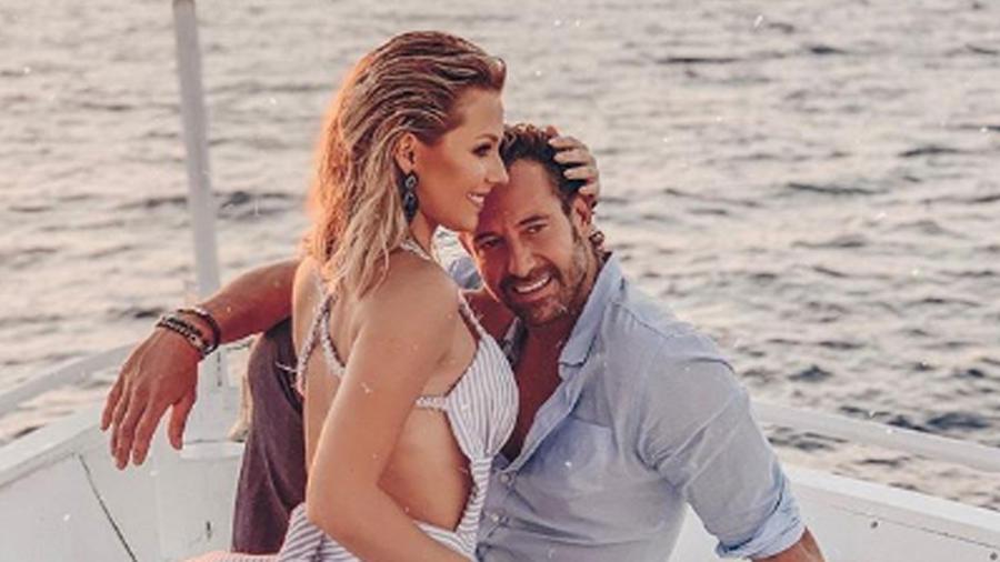 Irina Baeva posando con Gabriel Soto en la playa