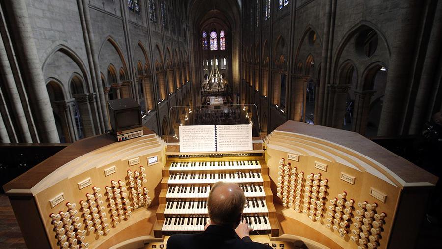 El músico Philippe Lefebvre toca el órgano de la catedral de Notre Dame, en París.