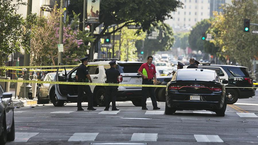 La policía investiga el área de un tiroteo en Los Ángeles.
