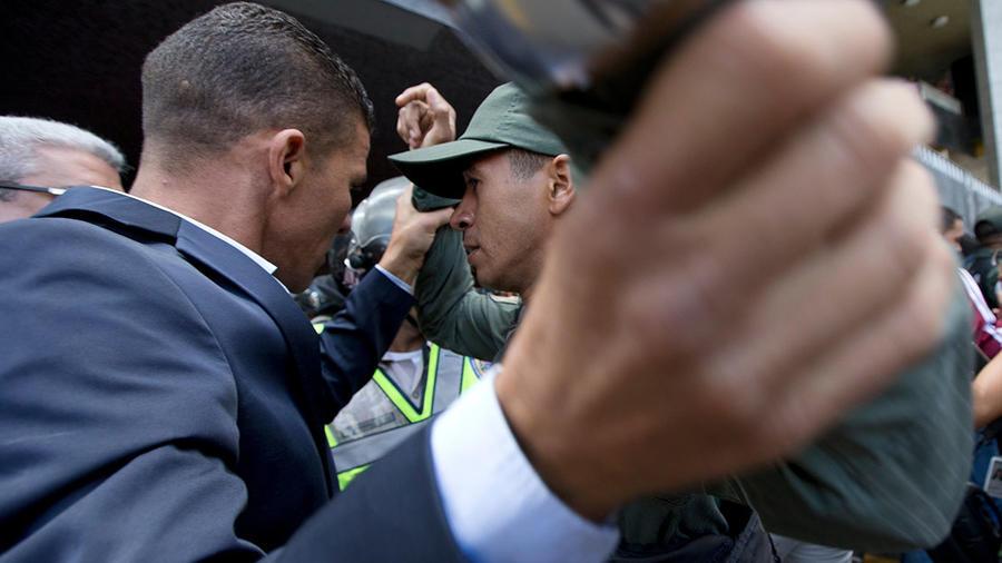 El opositor Gilbert Caro, a la izquierda, durante un forcejeo con un agente de la Guardia Nacional Bolivariana en una foto de archivo.