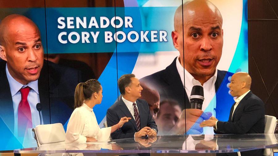 El candidato demócrata Cory Booker junto a Paulina Sodi y José Díaz-Balart en los estudios de Un Nuevo Día, en Telemundo Center.