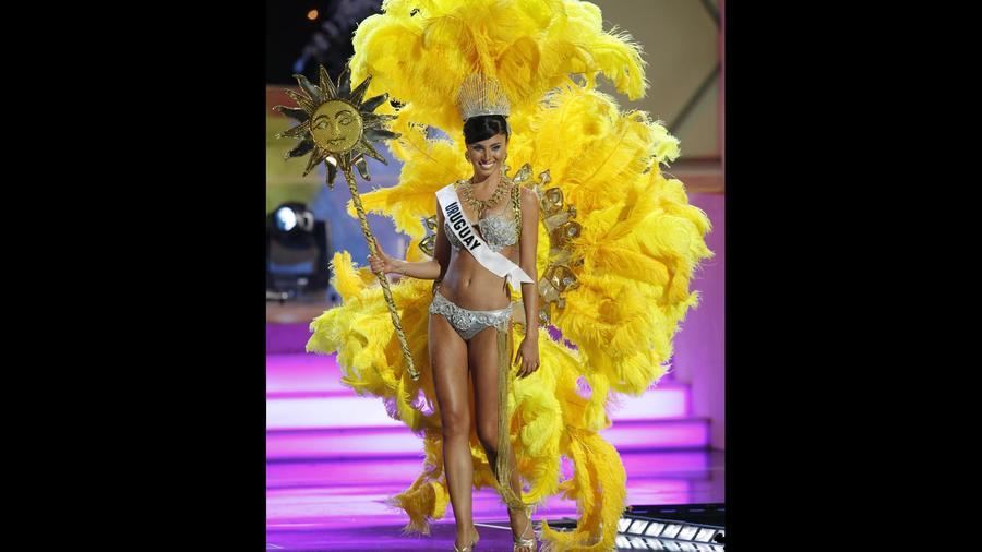 Fatimih Davila, Miss Uruguay,  muestra un traje relacionado con su país de origen