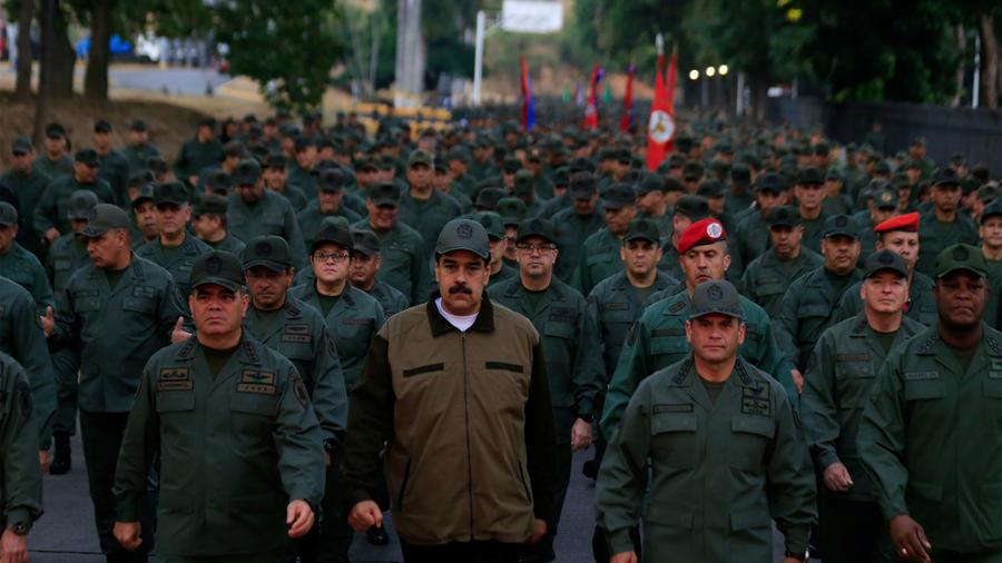Nicolás Maduro junto a militares