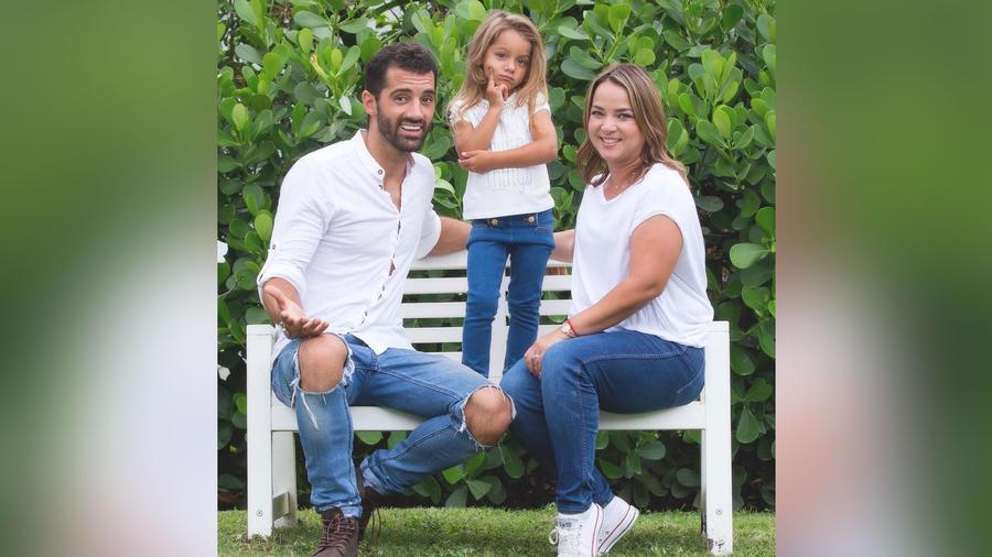 Adamari López y su familia en el jardín