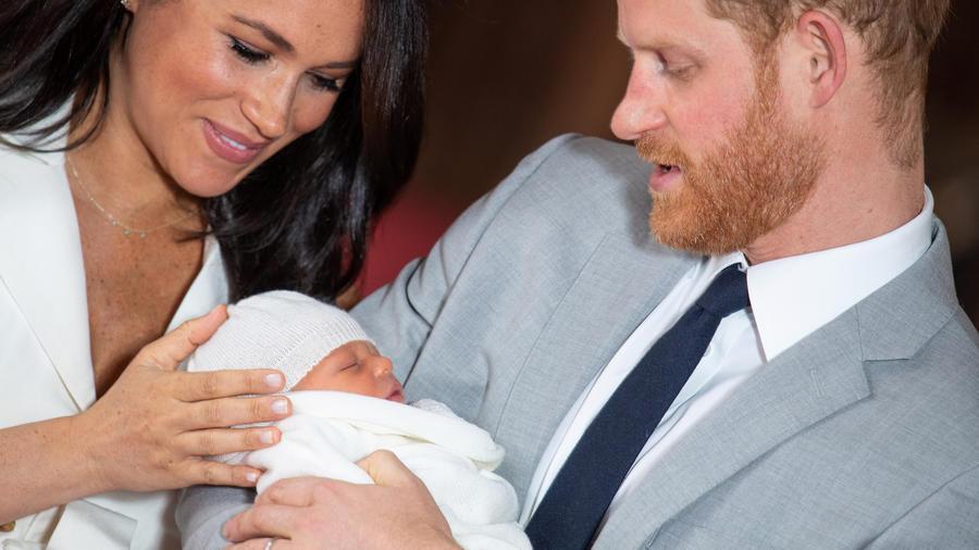 Meghan Markle y el príncipe Harry sostienen a su bebé el 8 de mayo en el castillo de Windsor.