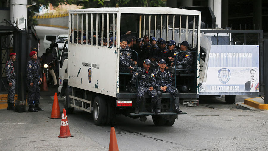 Guardias de la Policía Nacional de Venezuela ingresan a la prisión Helicoide en Caracas.