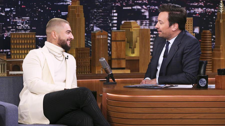 """Maluma platicando con Jimmy Fallon en el """"The Tonight Show"""" en mayo de 2019."""