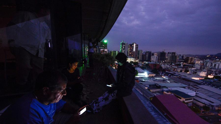 Los periodistas usan sus teléfonos inteligentes durante un corte de energía en Caracas, Venezuela, el 7 de marzo de 2019. Matías Delacroix / AFP - Archivo de Getty Images