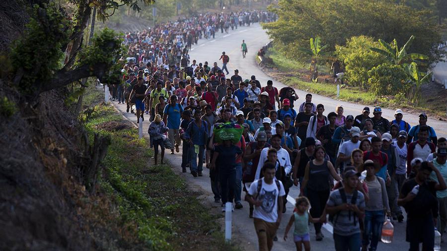 Migrantes centroamericanos caminan en el estado mexicano de Chiapas durante su trayecto hacia Estados Unidos.