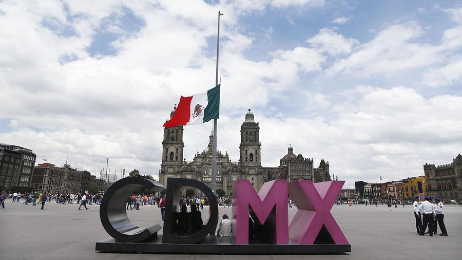 La bandera de México ondea en la capital en la plaza de la Constitución, conocida como el Zócalo.