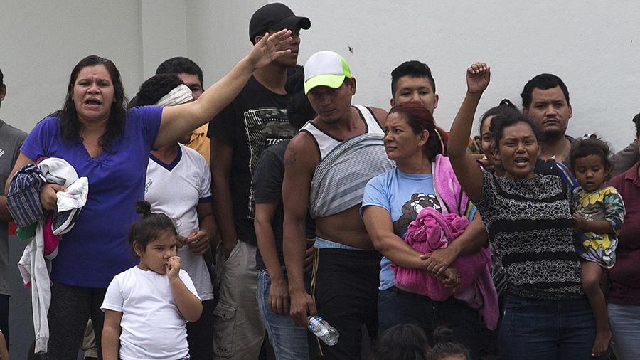 Migrantes demandan mejores condiciones en un centro de detención en el estado de Chiapas, en México.