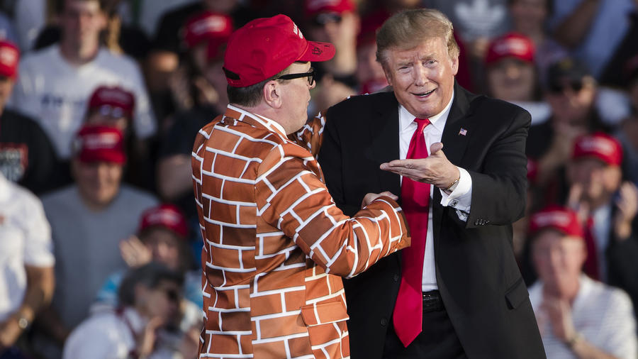 Donald TrumpTrump, junto al hombre vestido de muro en su acto de campaña el lunes en Montoursville, Pennsylvania.