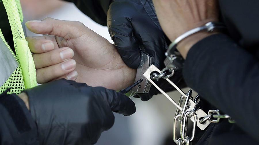 Una inmigrante que ingresó ilegalmente a Estados Unidos es revisada antes de ser deportada.