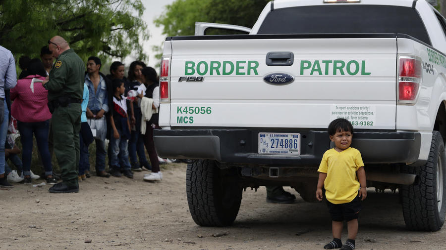 William Josué Gonzáles García, de dos años, tras cruzar con sus padres la frontera y ser detenido por la Patrulla en McAllen el pasado 14 de marzo.