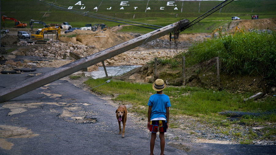 Un niño observa las labores de reconstrucción en Quebradillas, Puerto Rico, tras el paso del huracán María en el 2017.