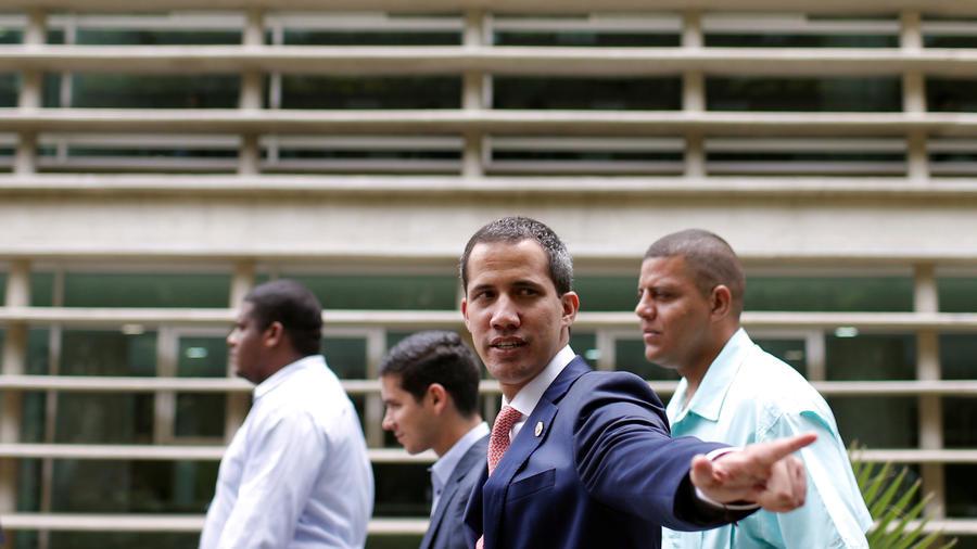 El presidente interino de Venezuela, Juan Guaidó,  ayer saluda a la prensa en Caracas