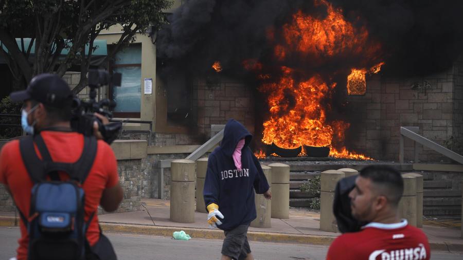 Manifestantes incendian llantas en la entrada de la embajada estadounidense en Tegucigalpa