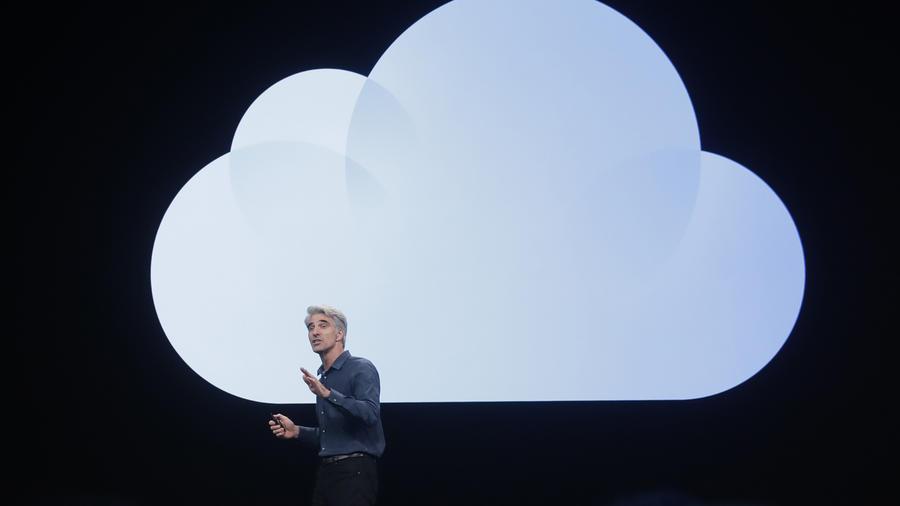 El vicepresidente senior de ingeniería de software de Apple, Craig Federighi, habla en la Conferencia Mundial de Desarrolladores