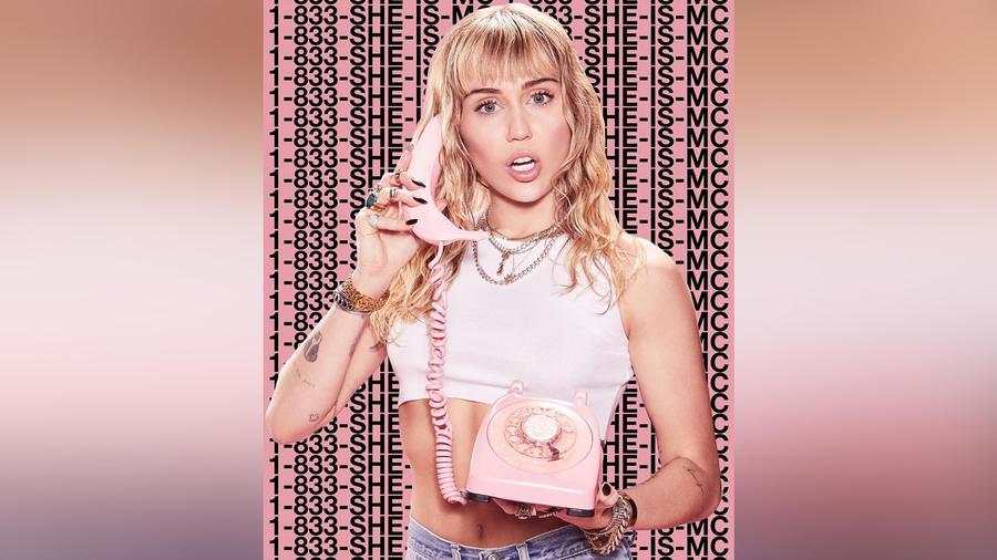 """Miley Cyrus posando en una foto de promoción de su hotline lanzada por su álbum """"She Is Coming"""""""