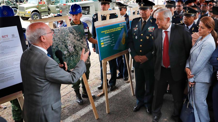 El presidente de México, Andrés Manuel López Obrador, escucha la explicación sobre las obras del nuevo aeropuerto de capitalino