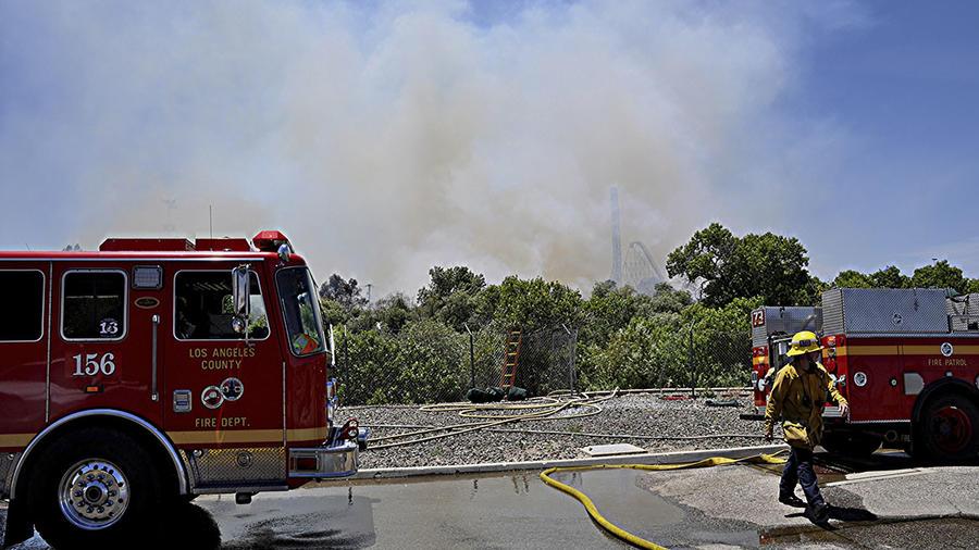 Bomberos de Los Ángeles tratan de controlar un incendio cerca del parque de diversiones Six Flags, en California.