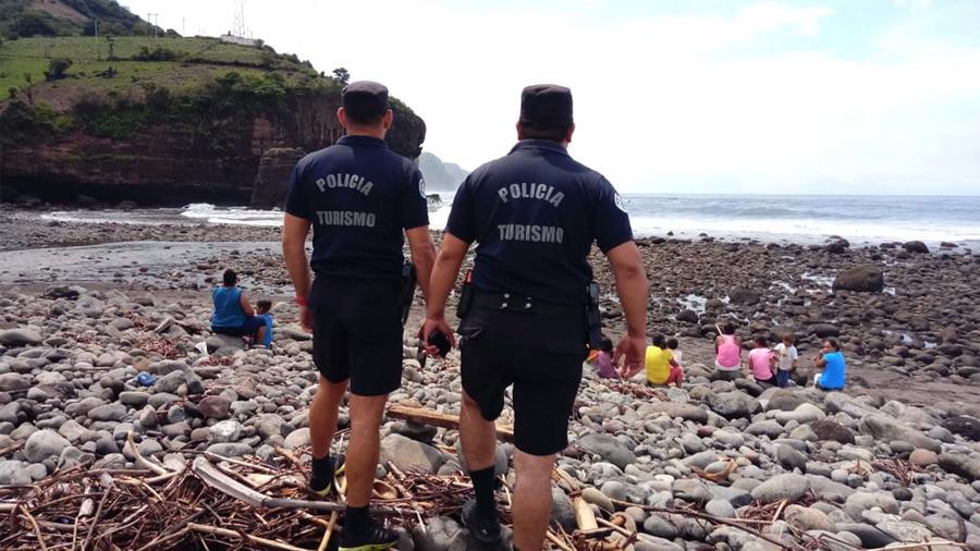 Policías de El Salvador buscan a surfista Matthew Patrick