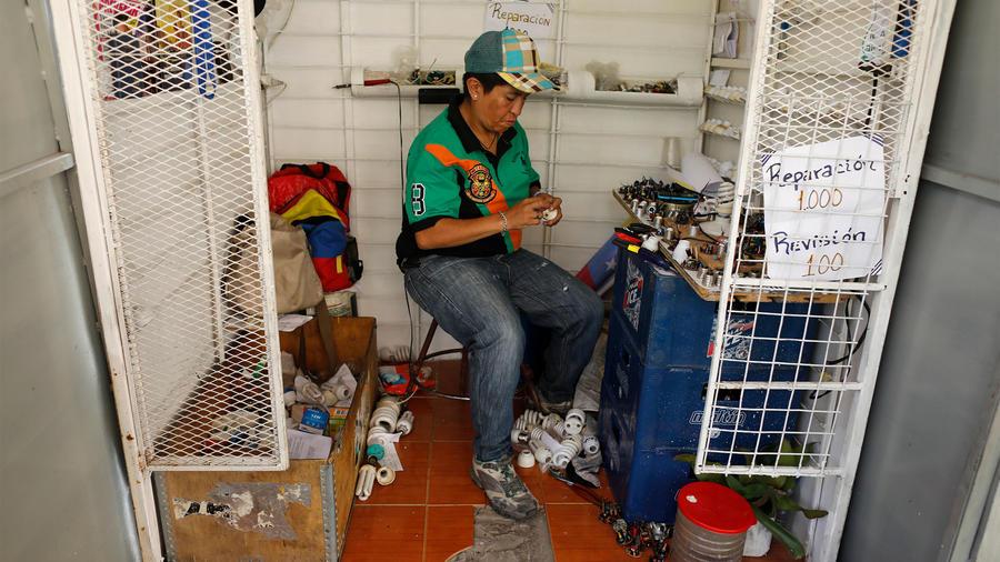 Venezolano vende bombillas