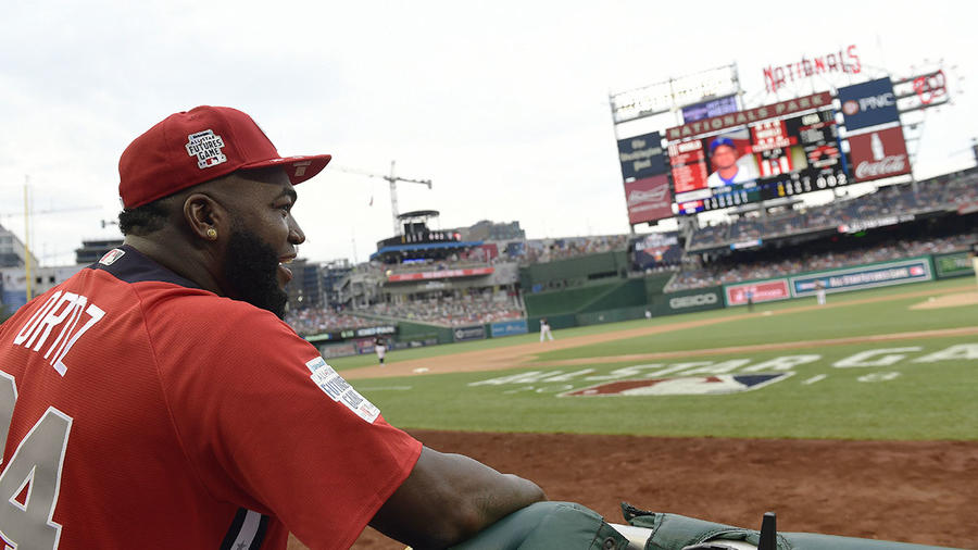 El expelotero dominicano David Ortiz observa un juego de béisbol en el Nationals Park, en Washington.