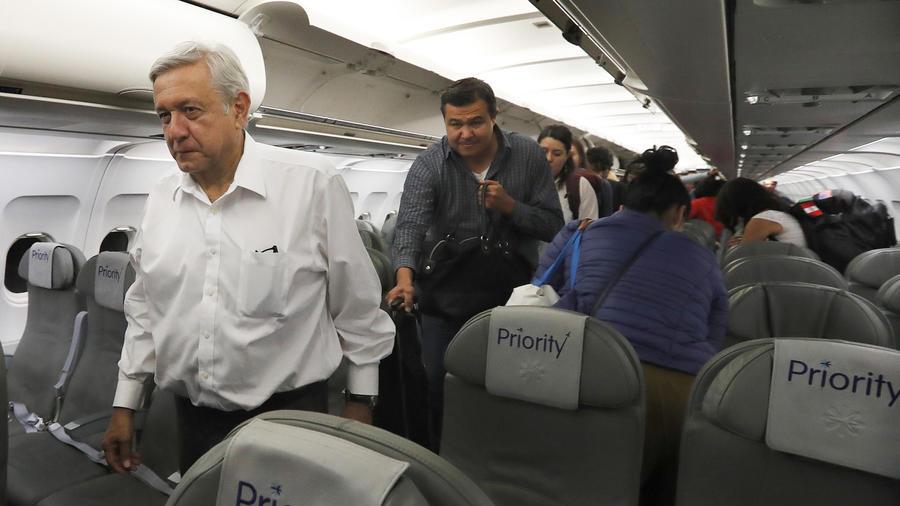 López Obrador en un vuelo en clase turista en Guadalajara y la Ciudad de México el 9 de marzo.
