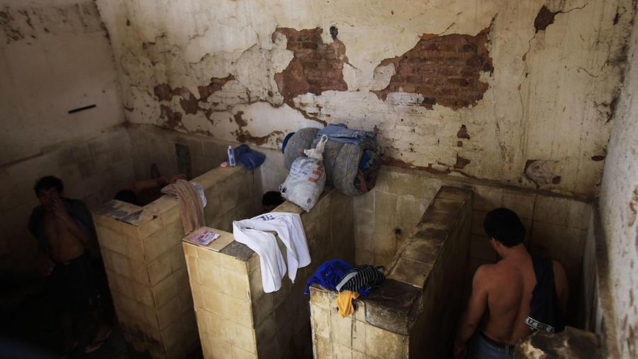 Reos de la prisión de Tacumbu, en Asunción, durante su hora de baño.