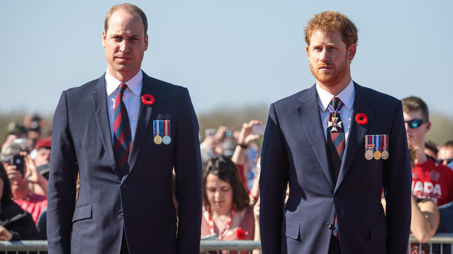 Los príncipes William y Harry en el Canadian National Vimy Memorial en abril de 2017