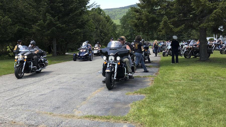 Motociclistas rinden tributos a sus colegas fallecidos en un accidente en la carretera.