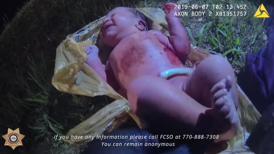 Vídeo del rescate de la niña abandonada en una bolsa de plástico en Georgia.