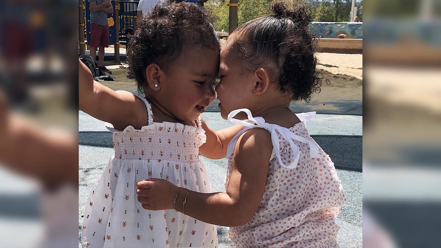 True Thompson y Stormi Webster posando juntas en Instagram en abril de 2019